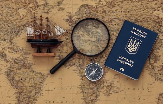 나침반, 여권 및 돋보기, 오래 된지도에 배. 여행, 모험 개념 프리미엄 사진