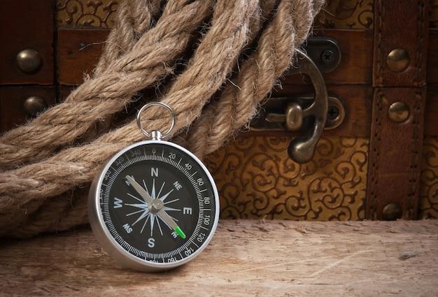 Компас веревка и деревянный сундук, натюрморт