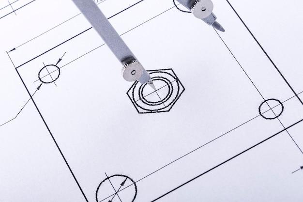Компасы на чертежах. конструкторские и рабочие чертежи с циркулем. выборочный фокус