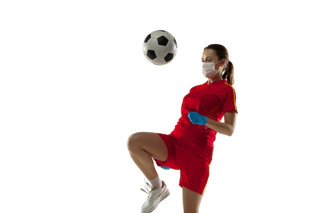 경쟁. 보호 마스크와 장갑에 여자 축구 선수입니다.