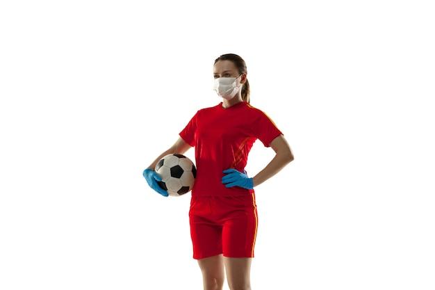 コンペ。保護マスクと手袋を着用した女子サッカー選手。