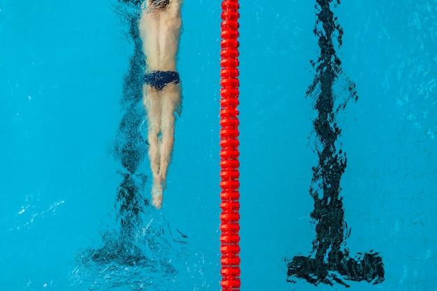 Соревновательное плавание в бассейне во время тренировки
