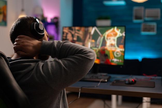 Соревновательный видеоигр, использующий мощный компьютер, играет в онлайн-видеоигры. виртуальный стриминг кибер-стритчинг после проведения игрового турнира на профессиональном оборудовании.