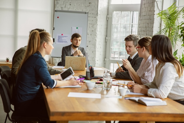 Исследование конкурентов встреча группы молодых бизнес-профессионалов