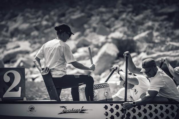ドラゴンボートレースでフィニッシュラインに向かって漕ぐ競技者