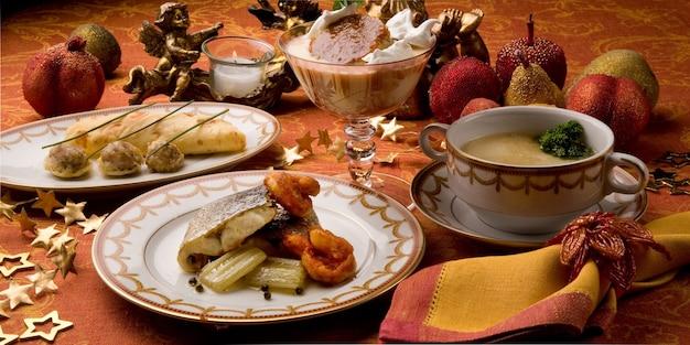 완전한 메뉴, 오렌지 배경으로 구성된 테이블 서비스, 촛불과 과일의 바로크 장식