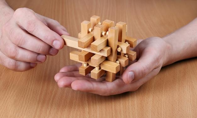 손에 완성된 나무 퍼즐