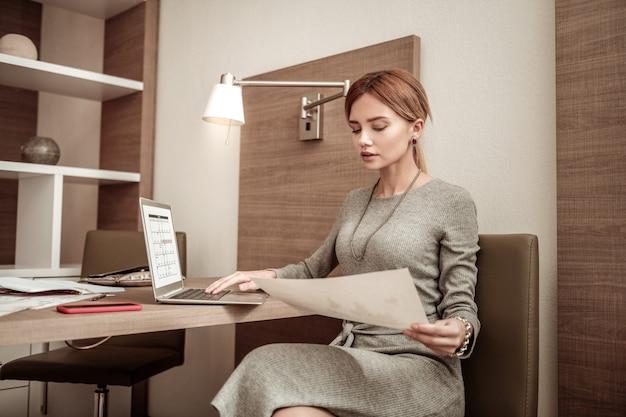 スケジュールを完了します。会社の彼女の従業員のためのスケジュールを完了する美しい成功した実業家