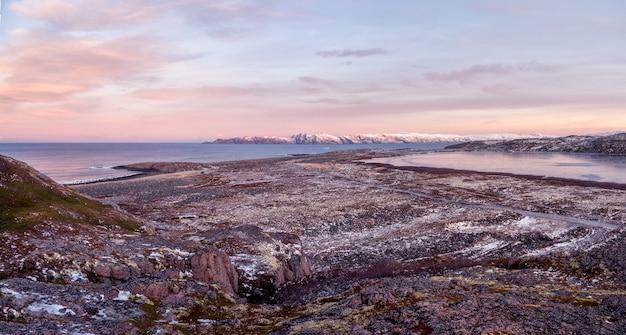 複雑な地質地形ツンドラのある素晴らしいパノラマの山の風景