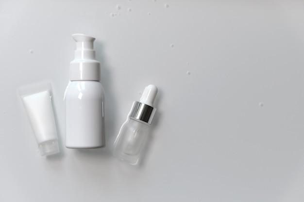 複雑な肌と体の美容ケア。さまざまなパッケージの化粧品のセット、ブランドを外したモックアップ。アンチエイジングコラーゲンフェイシャル、クレンジング用の薬用美容液