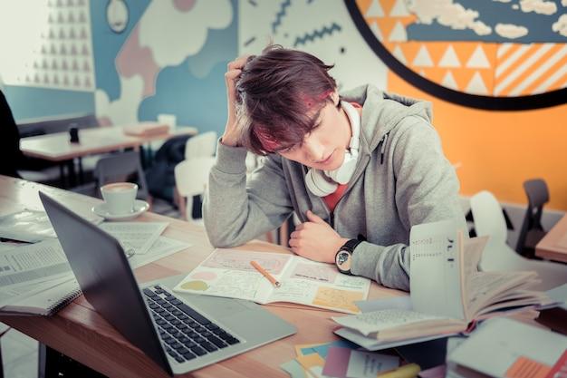 복잡한 숙제. 매우 정교한 숙제를 생각하는 학생
