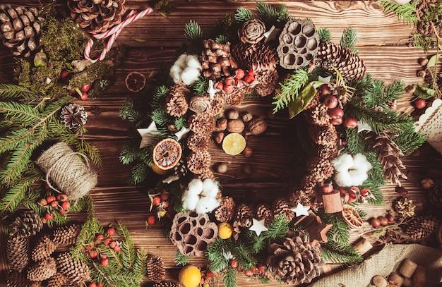 クリスマスの香りでナチュラルエコリースを作るためのコンポーネント