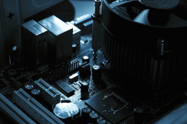 Компоненты на плате пк чип конденсатор вентилятора и разъемы на материнской плате пк