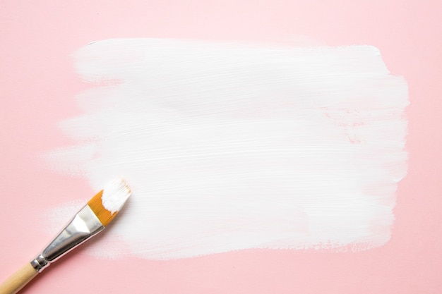 塗料スミアの上に合成ブラシ