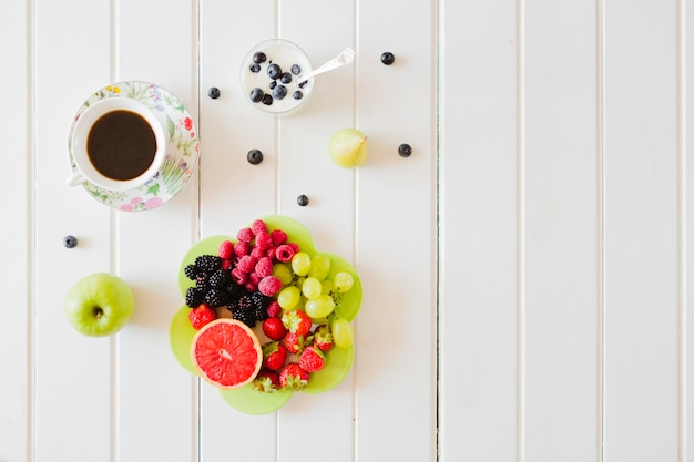Composed fresh fruits and tea