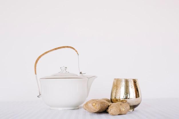 Set di tè e spezie composito su bianco
