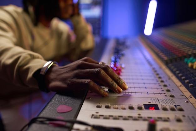 新しい曲を作成する作曲家