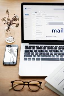 Composizione di un'e-mail su un dispositivo digitale
