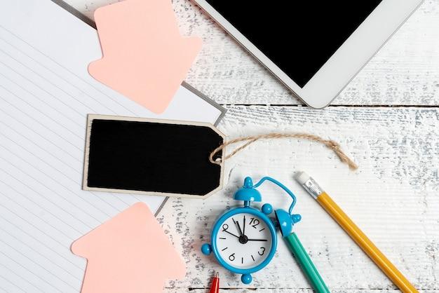 편지 쓰기 아이디어, 텍스트 문서 나열, 손으로 쓴 기사 초안 작성, 수학 문제 추상 풀기, 쓰기 도구 발표, 자료 판매