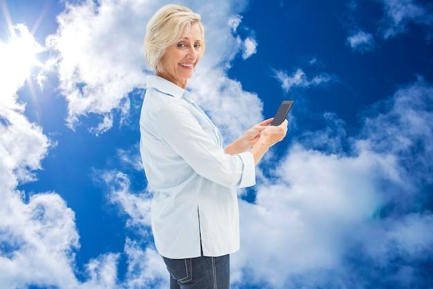 문자를 보내는 행복한 성숙한 여성의 합성 이미지