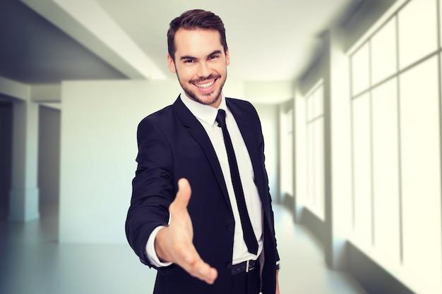 Составное изображение портрета улыбающегося бизнесмена, предлагающего рукопожатие