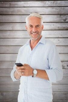 문자 메시지를 보내는 웃는 남자의 합성 이미지