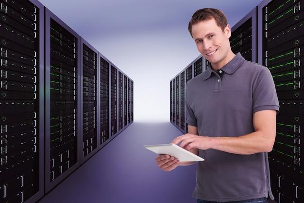 タブレットコンピューターで笑顔の若い男の合成画像