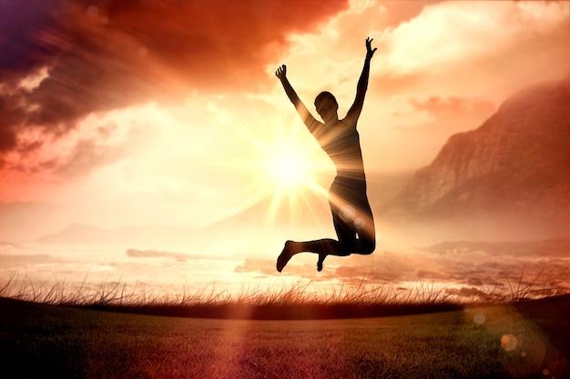 Составное изображение спортивной блондинки, прыгающей с распростертыми объятиями