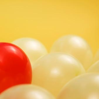 Composizione di palloncini per il concetto di individualità con un palloncino rosso