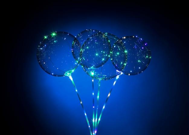 Composizione di palloncini con luce al buio