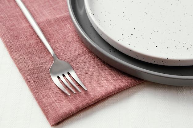 Composizione di belle stoviglie sul tavolo