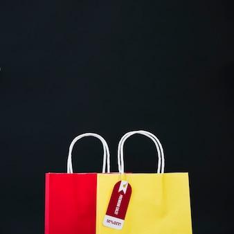 Composizione per il venerdì nero con borsa gialla e rossa