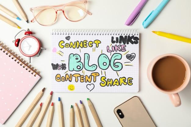 白い背景の組成ブログアクセサリー。 bloggerワークスペース