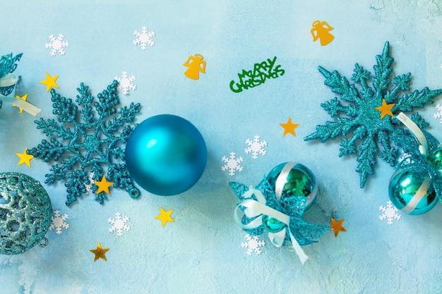 青い背景の上の構成のクリスマスの装飾平らな敷設の背景の上面図
