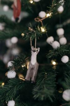 Composizione dell'albero di natale con l'ornamento della renna