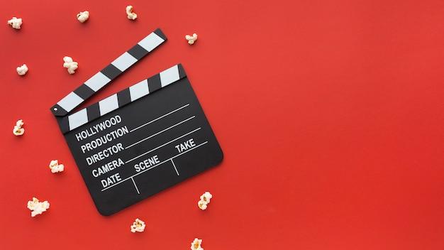Composizione degli elementi del cinema su fondo rosso con lo spazio della copia