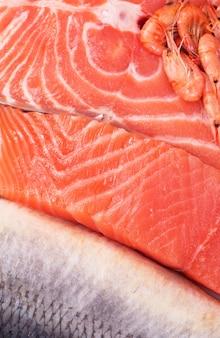 Состав состоит из нарезанных кусочков свежей рыбы и креветок.