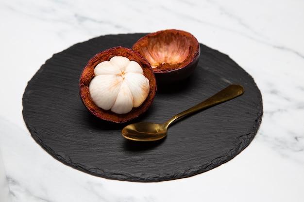 Composizione di delizioso mangostano esotico