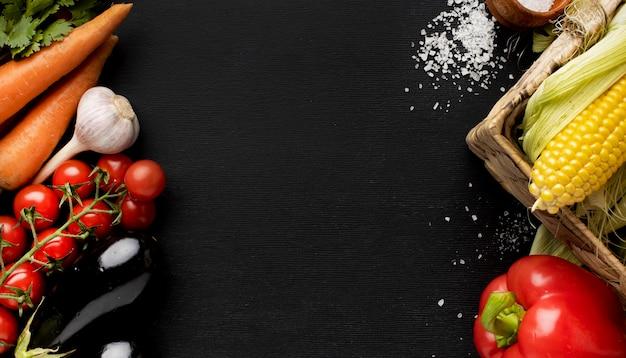 Composizione di deliziose verdure fresche con copia spazio