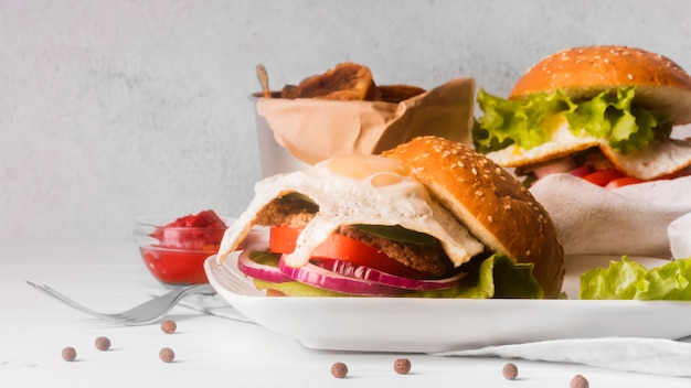 Composizione di deliziosi hamburger