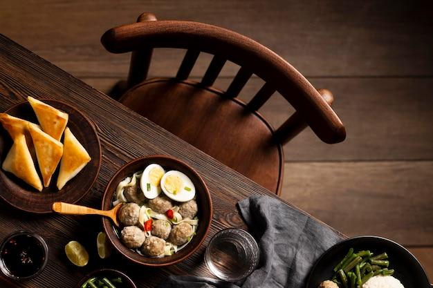 Composizione del delizioso bakso indonesiano