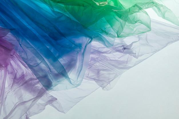 Composizione di diversi sacchetti di plastica colorati