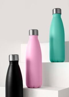 Composizione di diversi bicchieri colorati
