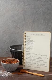Composizione di diversi ingredienti per una deliziosa ricetta