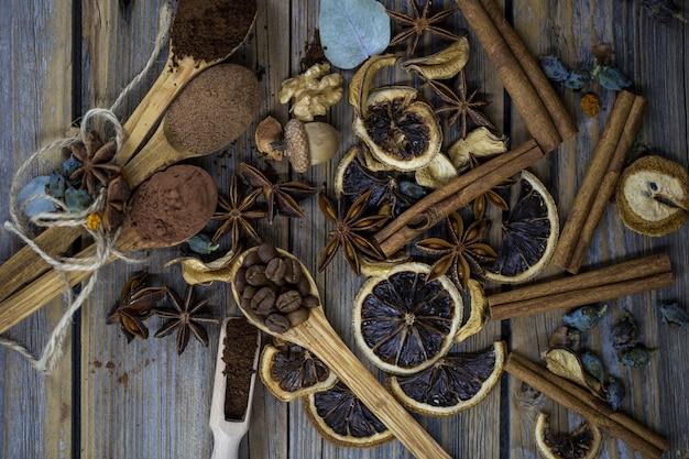 Composizione di fette di agrumi essiccati, bastoncini di cannella e chicchi di caffè