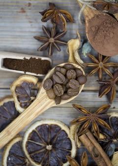 Composizione di limone essiccato, caffè alla cannella