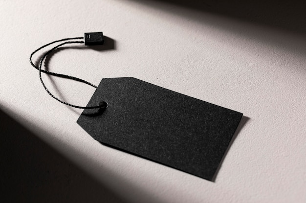 Composizione del vuoto etichetta nera su sfondo bianco