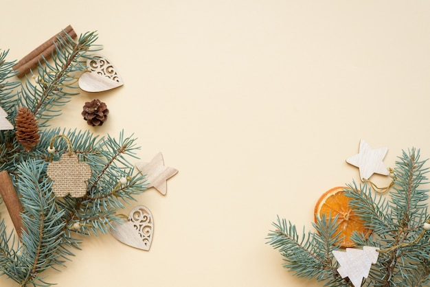구성 평면 누워 친환경 크리스마스 및 제로 폐기물 크리스마스 트리 천연 나무로 만든 장난감
