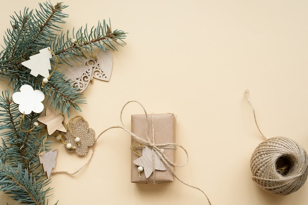 構成フラットレイ環境にやさしいクリスマスと天然木で作られたゼロウェイストクリスマスツリーのおもちゃ