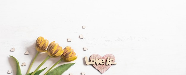 Композиция цветов и надпись любовь вид сверху.